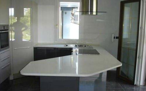 una penisola in marmo bianco di una cucina