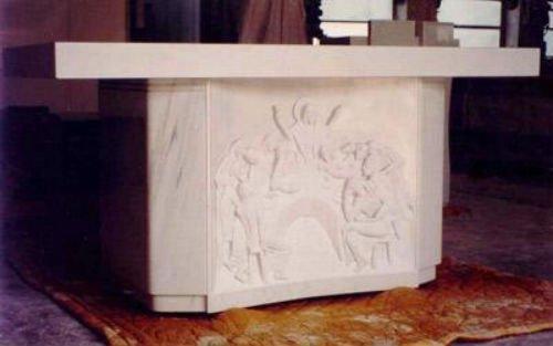 un altare in marmo