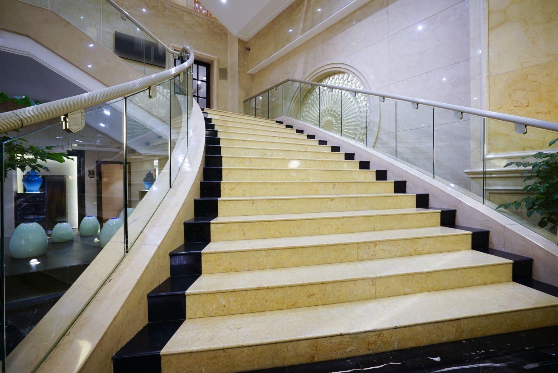 dei gradini in marmo giallo di una scala