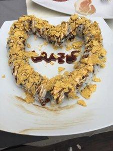 cuore di pesce con aceto balsamico che forma la scritta GRAZIE