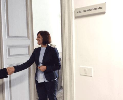 Avvocato Monica Tomatis stringe la mano