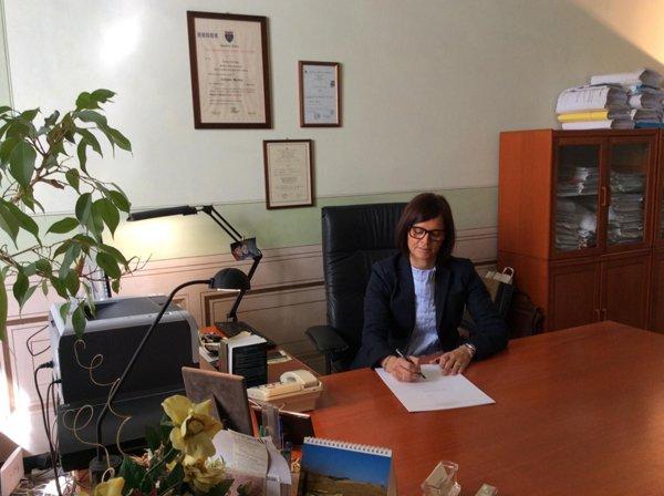 Avvocato Monica Tomatis mentre scrive