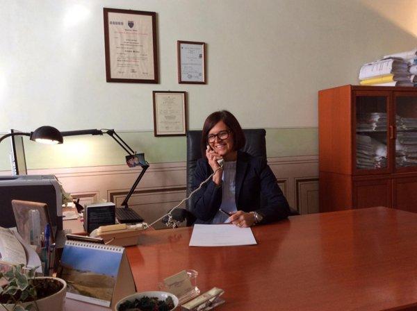 Avvocato Monica Tomatis durante una telefonata