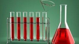attrezzatura da laboratorio in vetro, tubi, pinze