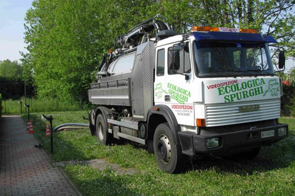 Camion effettua uno spurgo in un'area verde