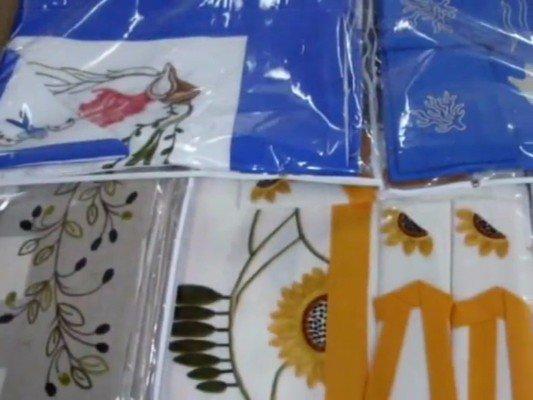 delle tovaglie di color azzurro e bianco con disegni a fiori