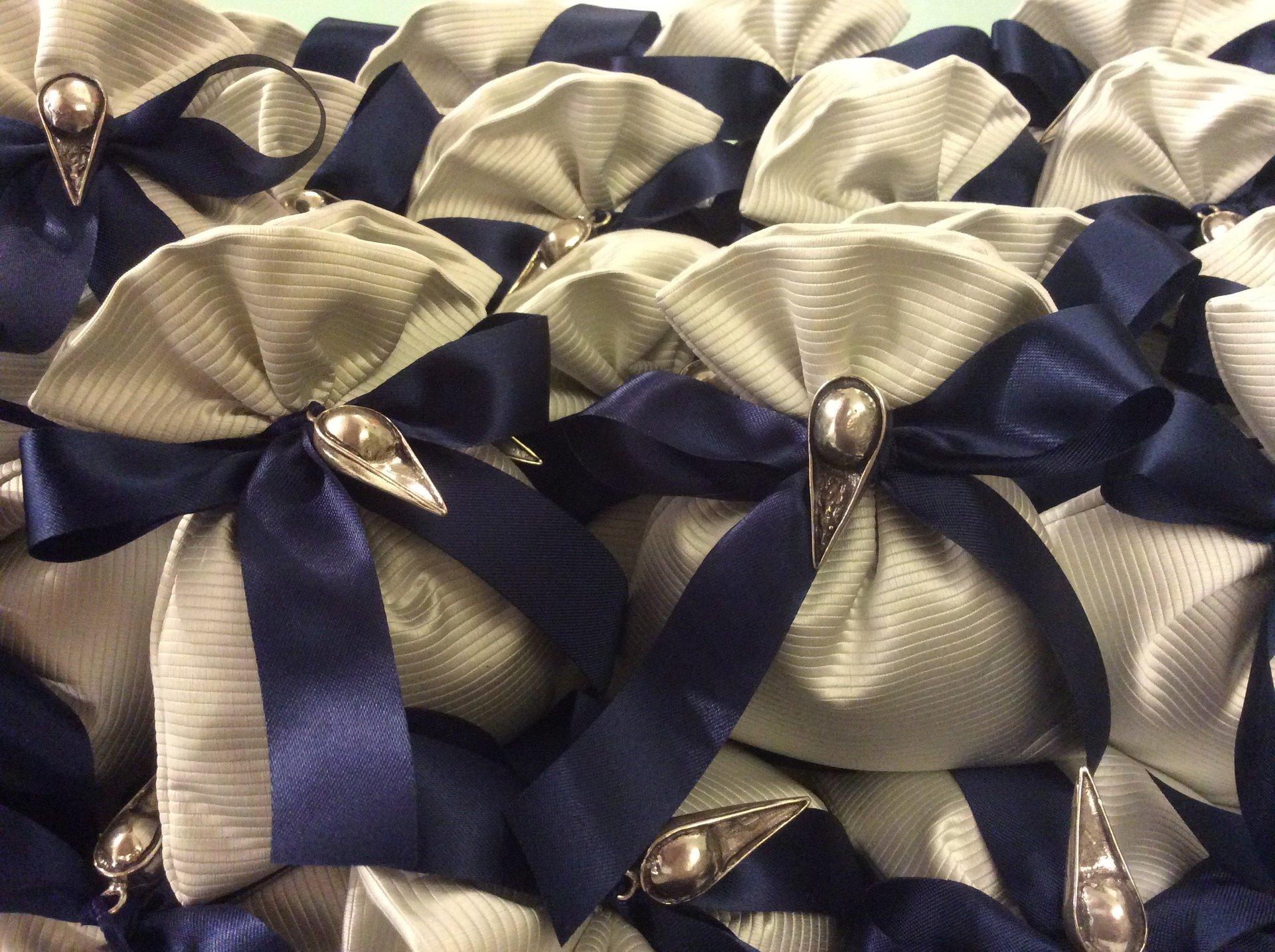 Bomboniera laurea sacchettino grigio nastro blu