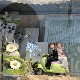 Cake topper sposini, cake topper matrimonio, cake topper, statuette torta matrimonio, cake topper vespa, casa della bomboniera siena