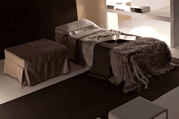 letto singolo con tavolino rivestito