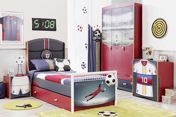 letto con calciatore e cassettone