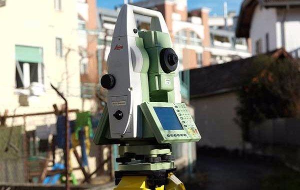un dispositivo di misurazione digitale con un cavalletto treppiedi di color giallo visto da vicino