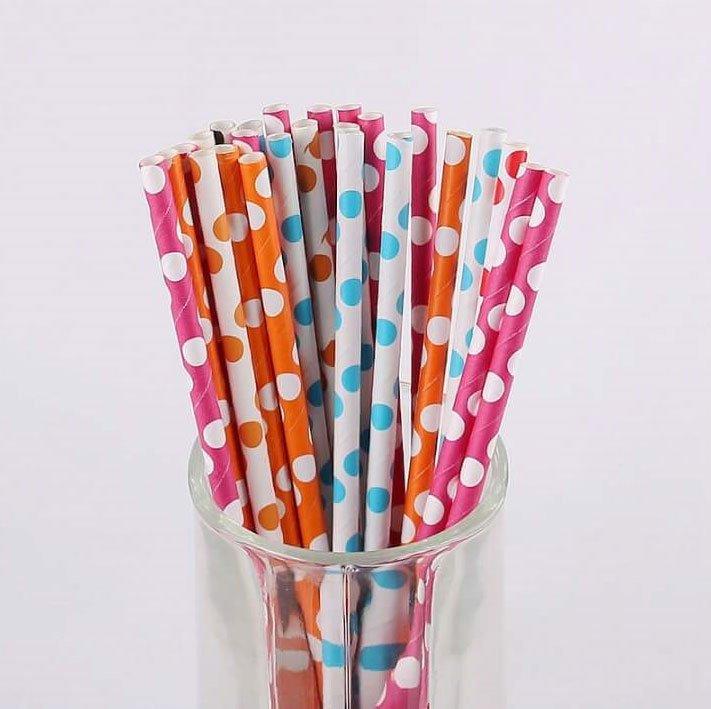 serie di bacchette a pois bianchi di color bianco, rosa, arancione e azzurro messi in un bicchiere