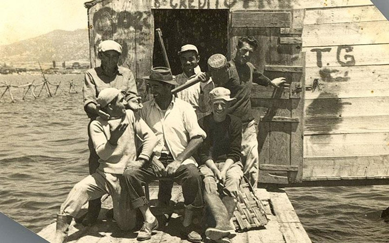 foto antica di un gruppo di pescatori