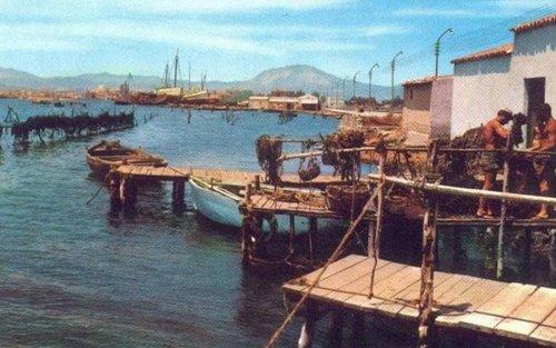pescatori si preparano per raccogliere cozze
