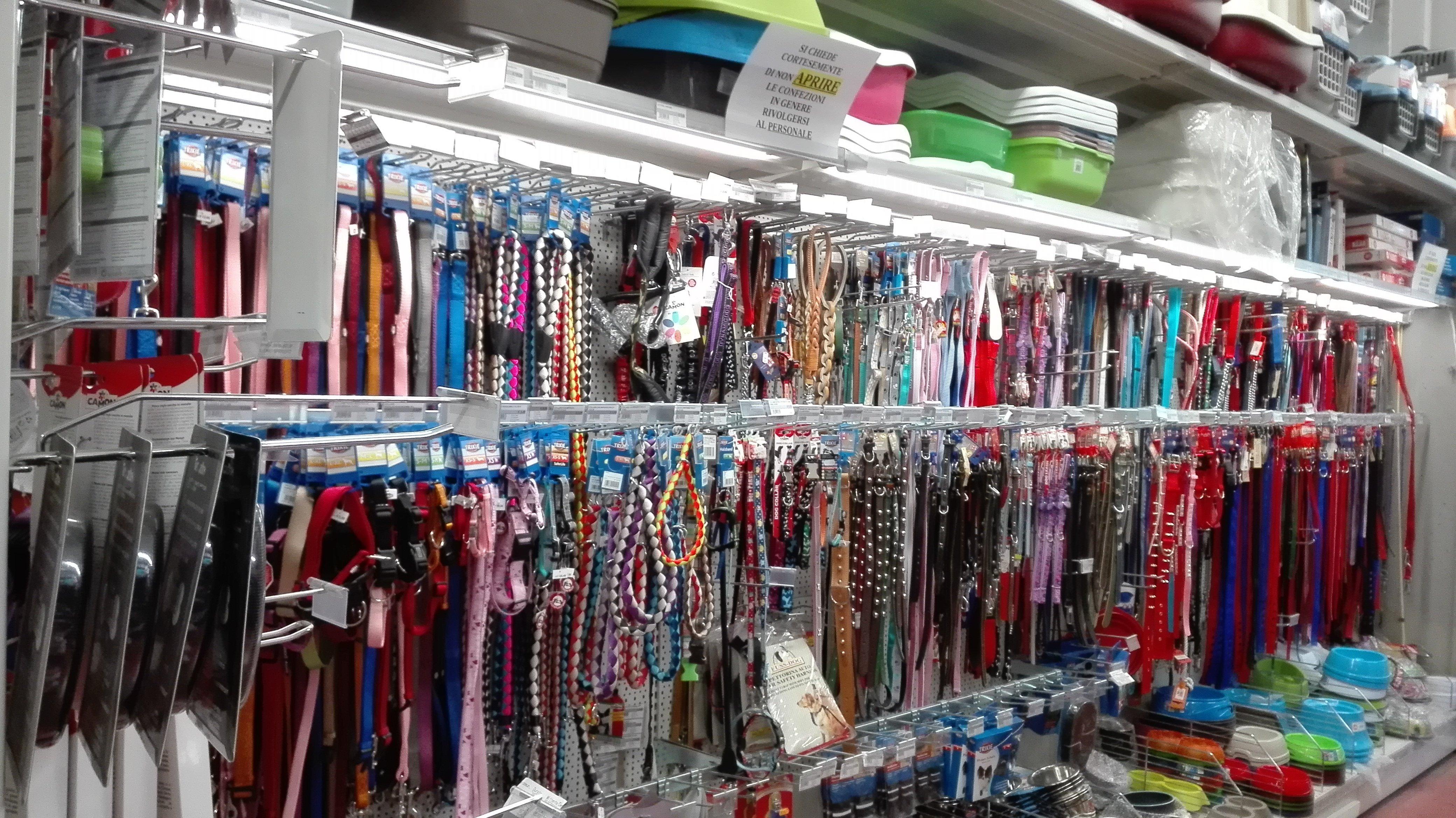 accessori per animali; antiparassitari per animali;