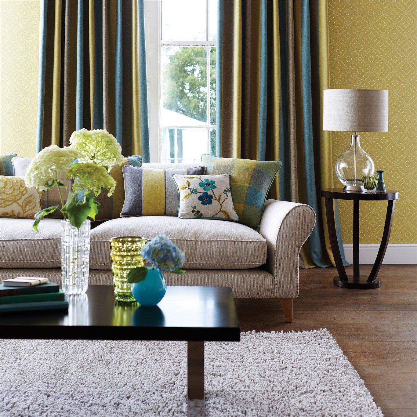 Soggiorno con divano e un tavolino in legno