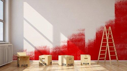 Muro bianco con sezioni verniciate rosse