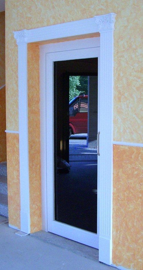 Porta con cornice verniciata