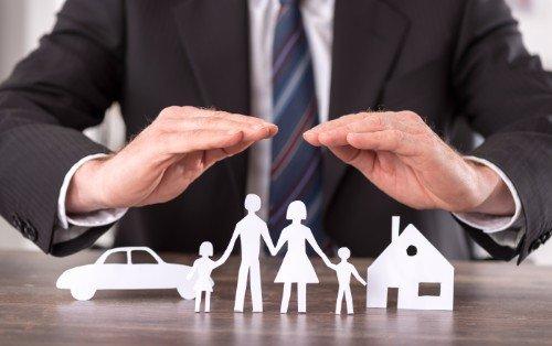 un assicuratore con un origami di una famiglia