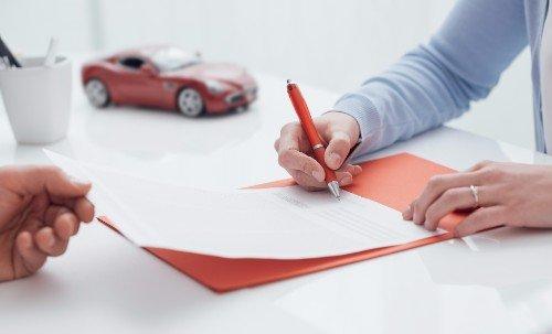 Firma di una polizza assicurativa