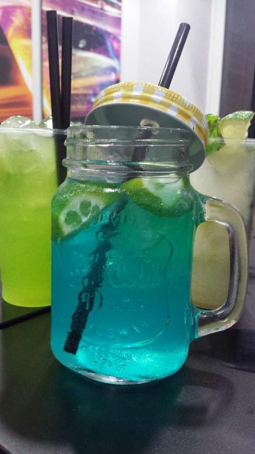 un cocktail di color azzurro