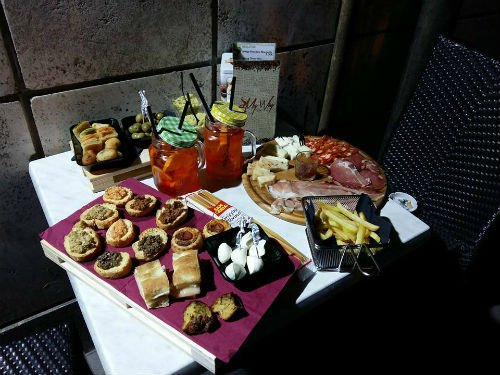 un tavolo con dei cocktail e gli antipasti