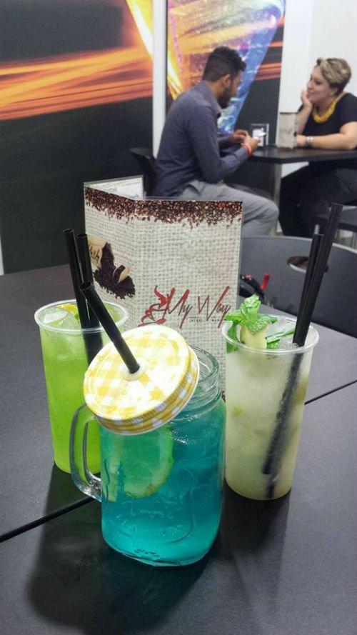 un tavolo con tre cocktail appoggiati