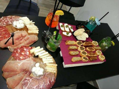 un tagliere con vari tipi di bruschette e due tagliere di formaggi e salumi