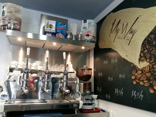 una macchina di caffe professionale in un bar