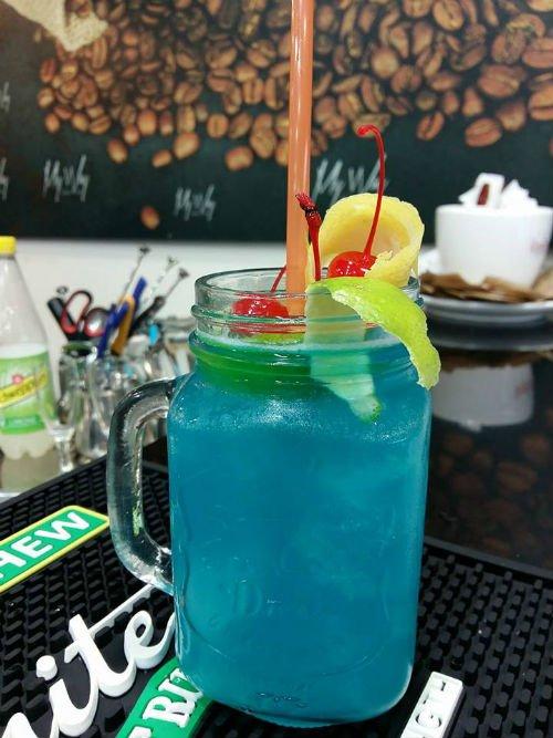 un bicchiere di cocktail di color azzurro