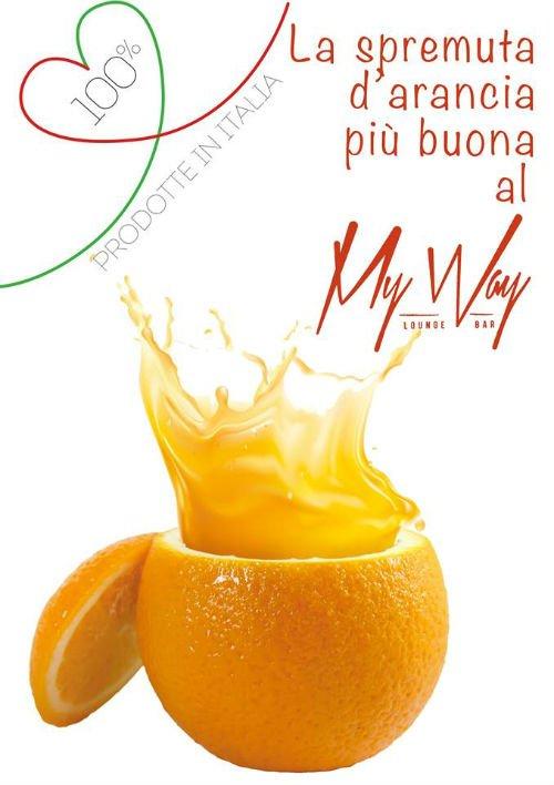 un arancia con la spremuta dentro