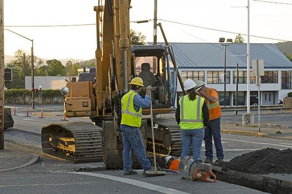 Operatori realizzando una riparazione nella via pubblica