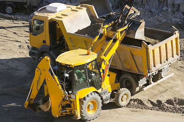 escavatore riempiendo un camion
