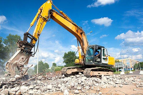 Pala raccogliendo i resti della demolizione