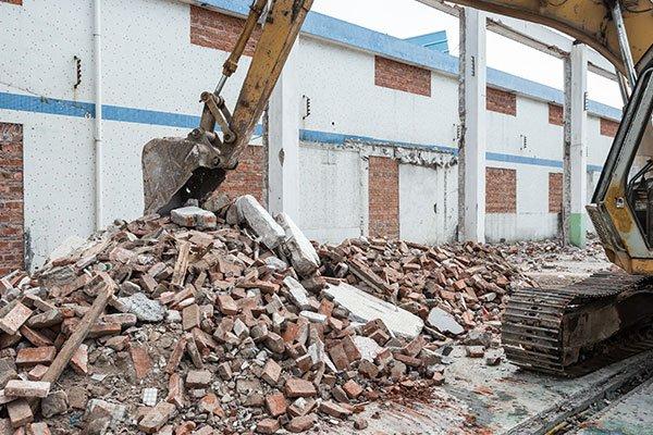 Pala raccogliendo i resti di la demolizione della casa