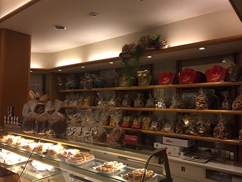 Bancone imbandito dei prodotti tipici del Panificio Fratelli Montanucci di Dantomio Maria & C. snc in Treviso