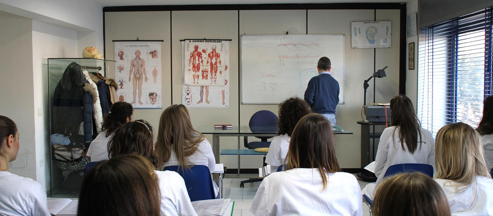 Allievi della scuoal di estetica durante una lezione
