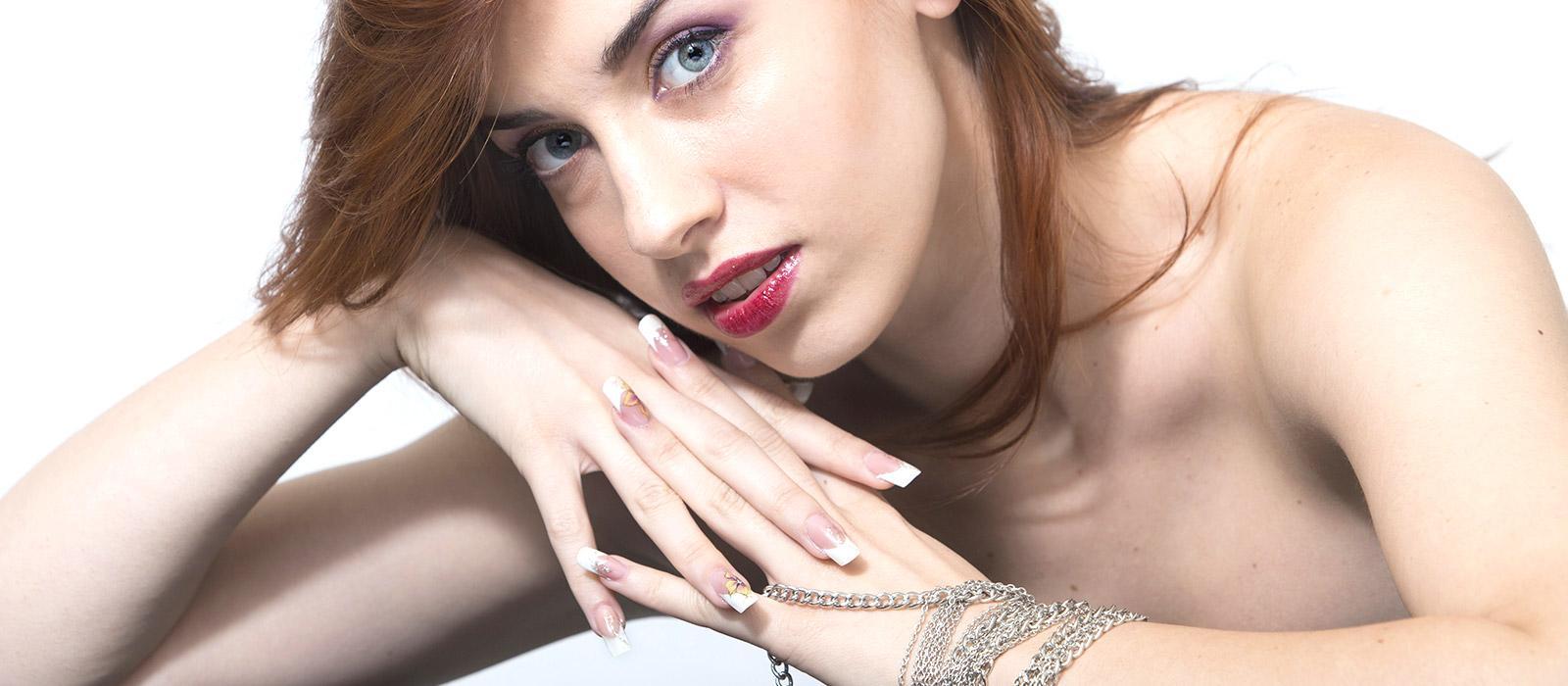 Modella con manicure e trucco