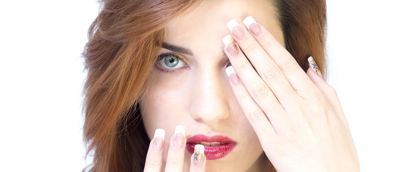Modella con pittura artistica su unghie