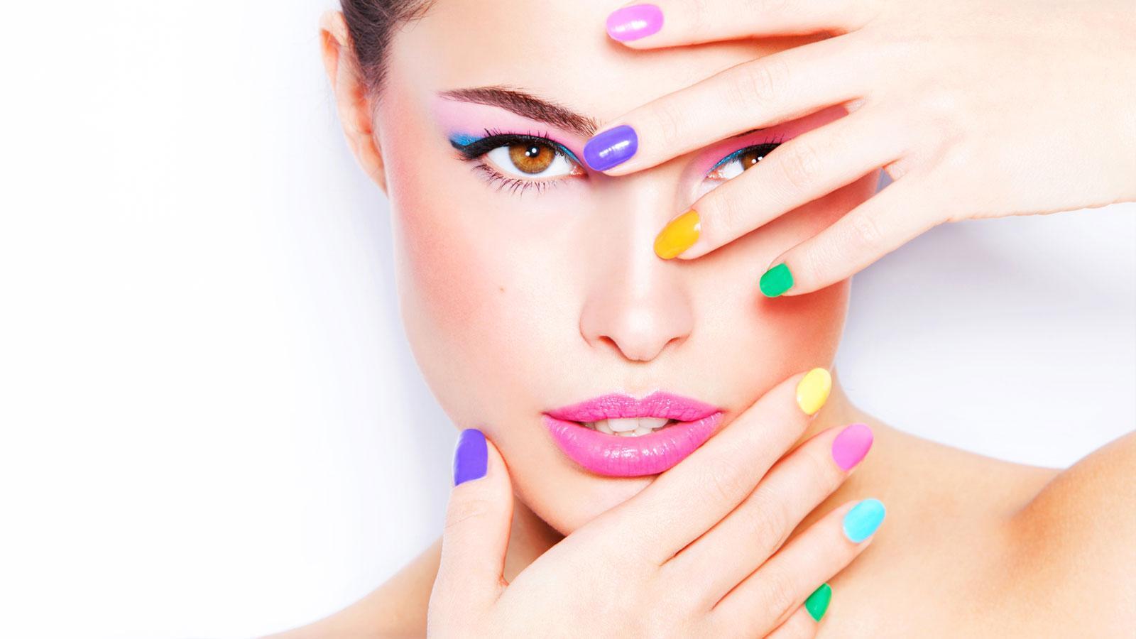 Modella con unghie colorate