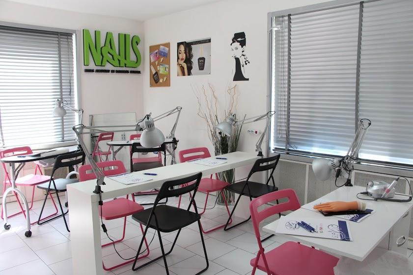 Banchi e sedie in un'aula della scuola di estetica