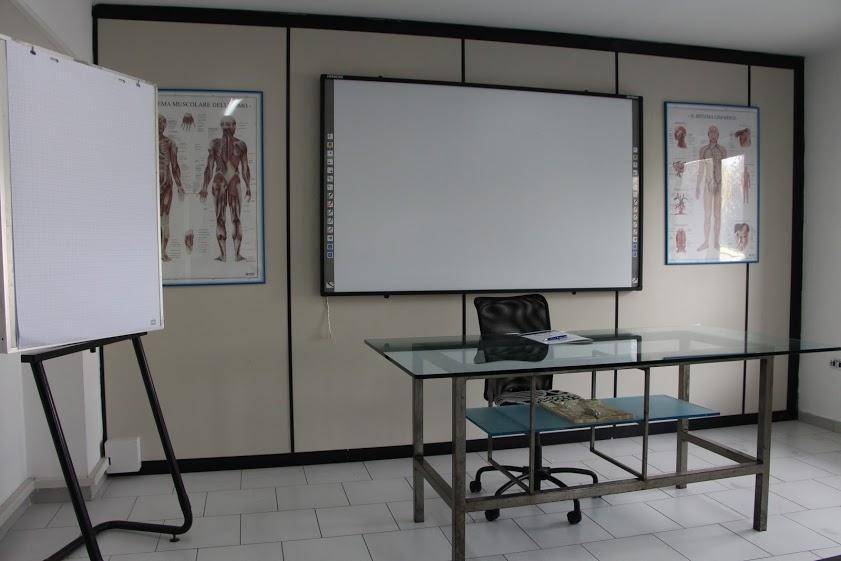 Lavagna e scrivania in un'aula