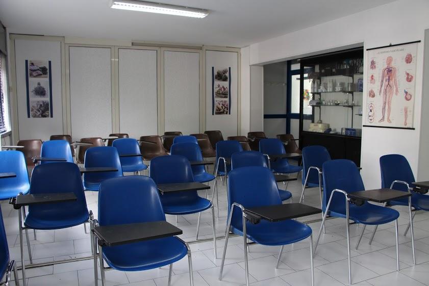 Sedie blu in una classe