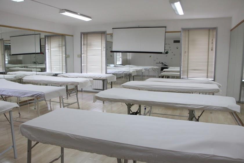 Panoramica di una stanza con vari lettini per massaggi