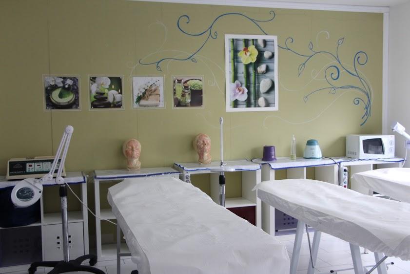 Un'aula con lettini per massaggi