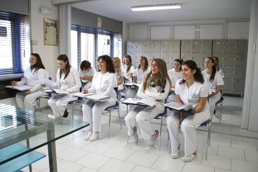 Studentesse della scuola a lezione