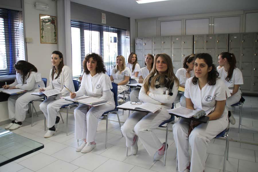 Allieve della scuola durante una lezione