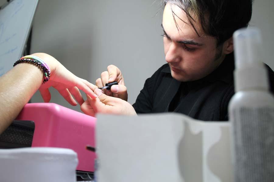Un ragazzo ricostruisce le unghie di una ragazza