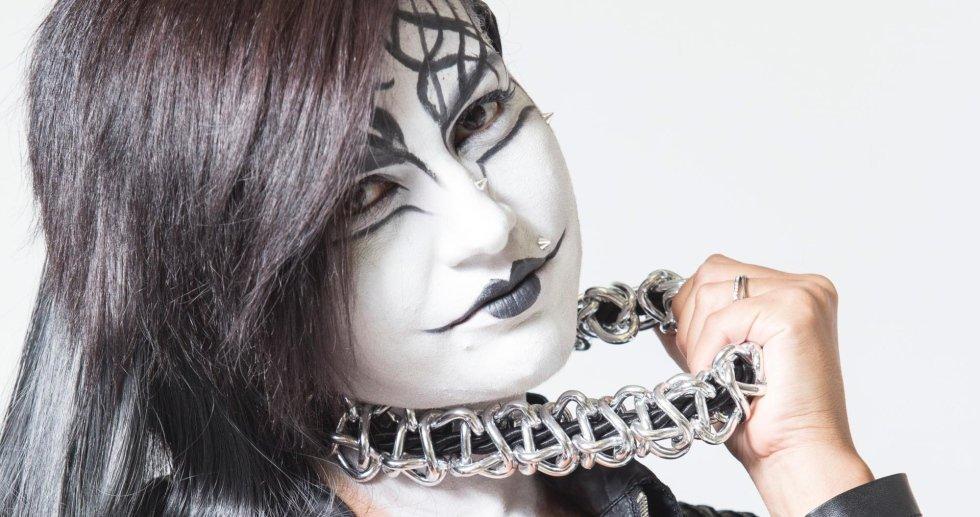 Modella con trucco bianco e nero sul viso