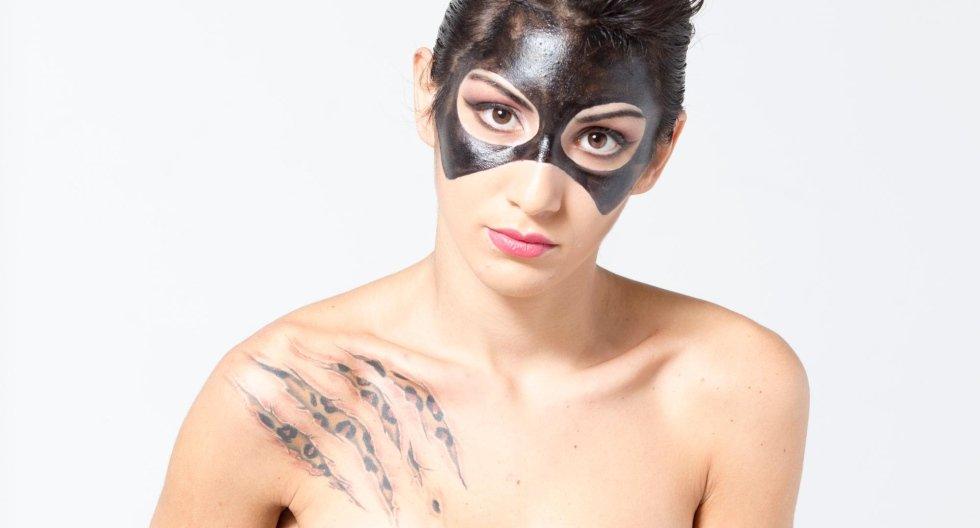 Modella con maschera dipinta sul volto